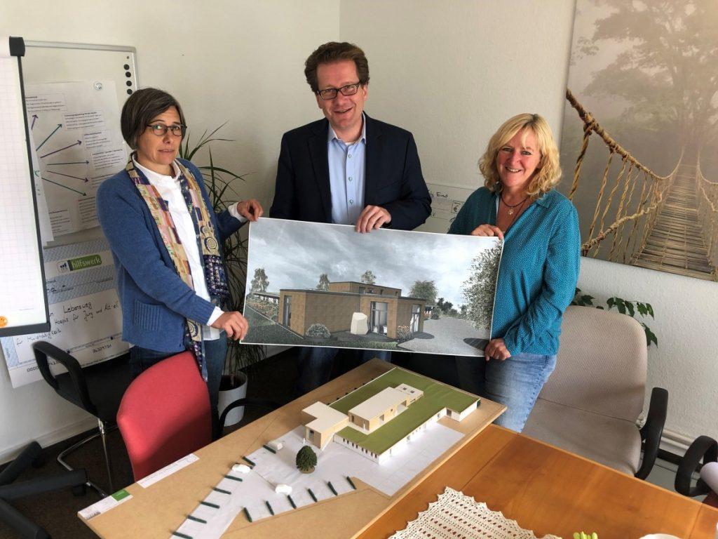 Katja Balkenhol, Martin Habersaat und Susanne Tiedtke betrachten die Pläne und das Modell für die Einrichtung